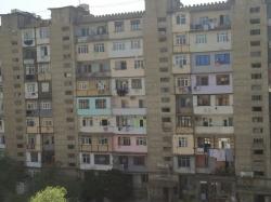 Bakı şəhəri, Binəqədi rayonu, 9-cu mikrorayon qəsəbəsində, 4 otaqlı köhnə tikili satılır (Elan: 193802)