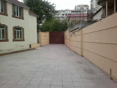Bakı şəhəri, Binəqədi rayonu, 8-ci mikrorayon qəsəbəsində, 12 otaqlı ofis kirayə verilir (Elan: 115359)