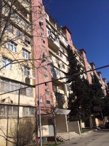 Bakı şəhəri, Nəsimi rayonu, 4-cü mikrorayon qəsəbəsində, 3 otaqlı köhnə tikili satılır (Elan: 107206)