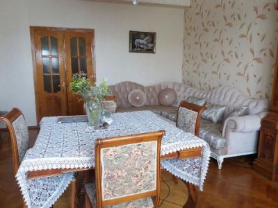 Bakı şəhəri, Binəqədi rayonu, 8-ci mikrorayon qəsəbəsində, 4 otaqlı köhnə tikili satılır (Elan: 108197)