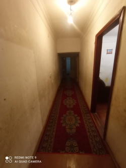 Bakı şəhəri, Nizami rayonu, 8-ci kilometr qəsəbəsində, 5 otaqlı köhnə tikili satılır (Elan: 193747)