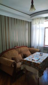 Bakı şəhəri, Nərimanov rayonunda, 3 otaqlı köhnə tikili kirayə verilir (Elan: 106230)