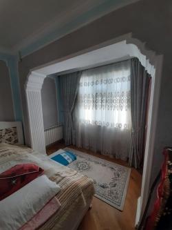 Bakı şəhəri, Suraxanı rayonu, Yeni Günəşli qəsəbəsində, 4 otaqlı köhnə tikili satılır (Elan: 202222)